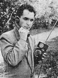 """С таким аппаратом можно было уже разговаивать по телефону на ходу (""""Орловская правда"""", декабрь, 1961, Фото В. Щербакова. (АПН))"""