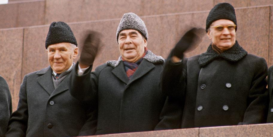 7 ноября 1975 года, Москва, Красная площадь, трибуна мавзолея. Слева направо: советский «реформистский» премьер Алексей Косыгин, генсек Леонид Брежнев и главный идеолог политбюро Михаил Суслов