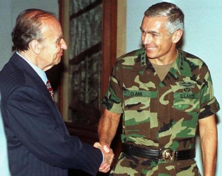 Командующий вооруженными силами стран НАТО Уэсли Кларк и глава Боснии и Герцеговины Алия Изетбегович