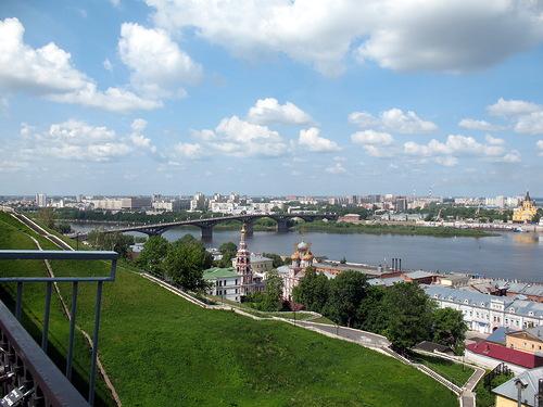 Фото автора. Вид почти с той же точки. Это 2010 г. Современный мост там же, где стоял и старый понтонный. Справа на фотографии виден собор Александра Невского.