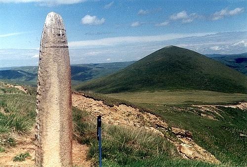 Менгир и гора Тузлук, Русколань. Менгир так похож на деревянных идолов славянских капищ.