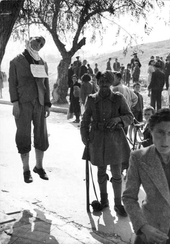 Член Батальона безопасности рядом с казненным греком, 1943 г. Источник: Deutsches Bundesarchiv.