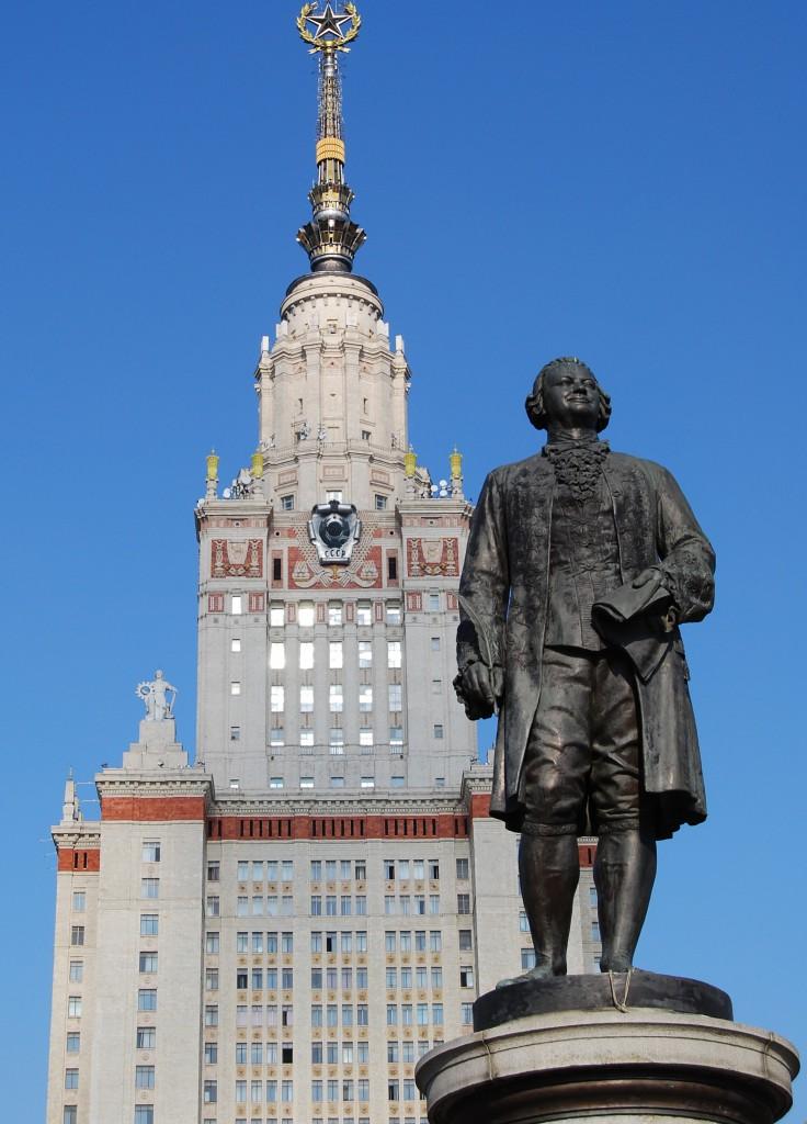 Памятник Михаилу Васильевичу Ломоносову около главного здания МГУ на Воробьёвых горах.