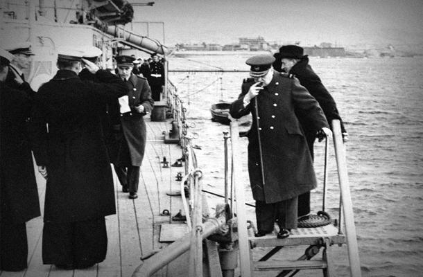Черчилль высаживается на берег для участия в конференции