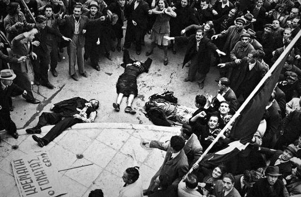 Тела безоружных демонстрантов расстреляны полицией и британской армии в Афинах 3 декабря 1944 года Фото: Дмитрий Кессель