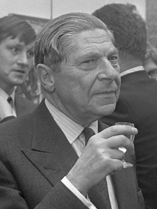 Артур Кестлер (1905–1983). Британский писатель и журналист, уроженец Венгрии. Широко известен по роману «Слепящая тьма» (1940) об эпохе «большого террора» в СССР в 1930-е гг. До своего выхода из КП Греции в 1938 г. Кестлер увлекался коммунистическими идеями.