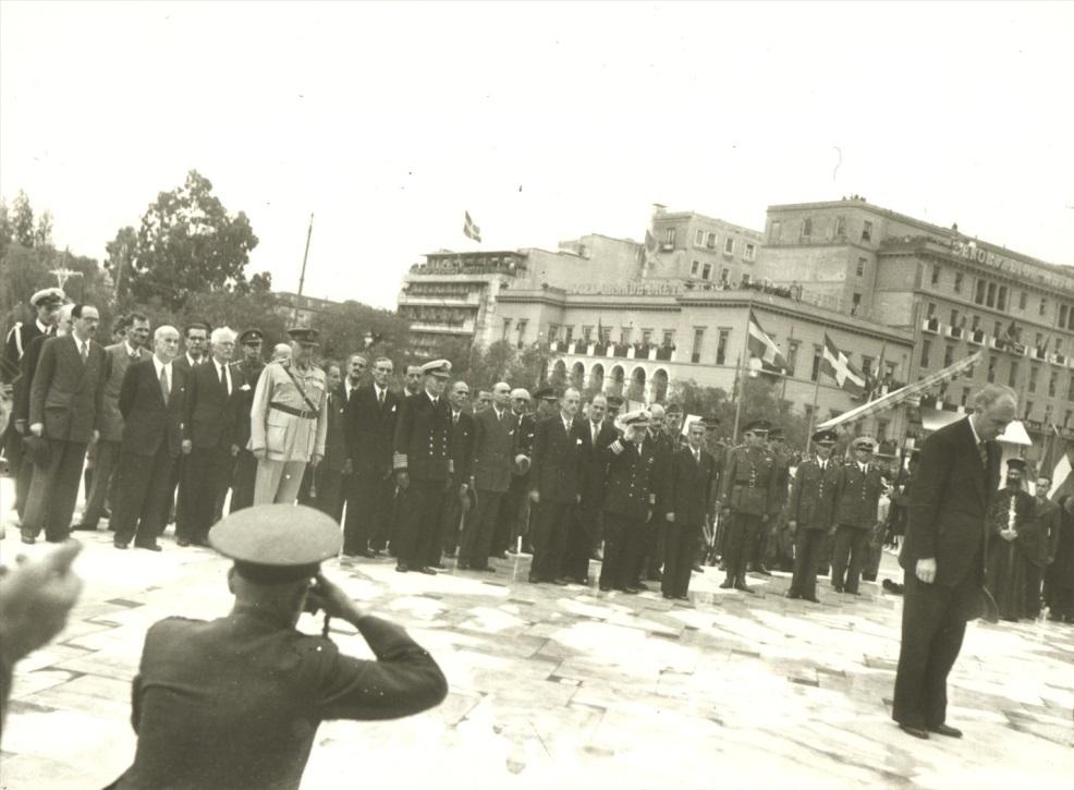 Премьер-министр Греции Папандреу возлагает венок к памятнику неизвестному солдату на площади Синтагма, после освобождения Афин, октябрь 1944 г.