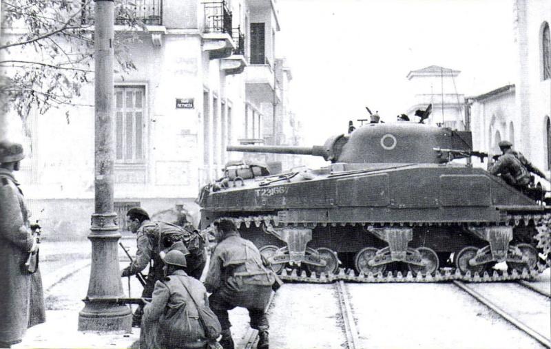 Британский танк M4 «Шерман» на улице Петмеза (Petmeza). Афины, декабрь 1944. Источник