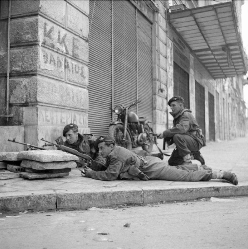 Британские солдаты в Афинах во время Декабрьских событий. 6 декабря 1944 г.  Фотография NA 20515 из коллекции ImperialWarMuseums.