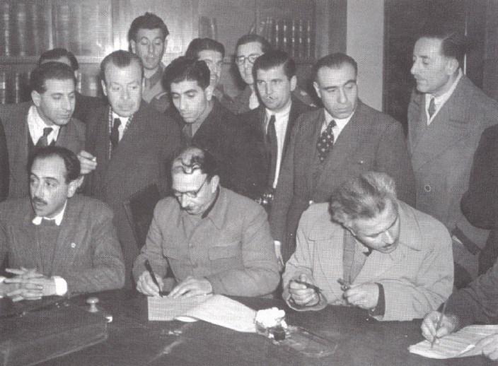Илиас Циримокос, Йоргис Сиантос, Димитриос Парцалидис подписывают Варкизское соглашение, 12 февраля 1945 г.
