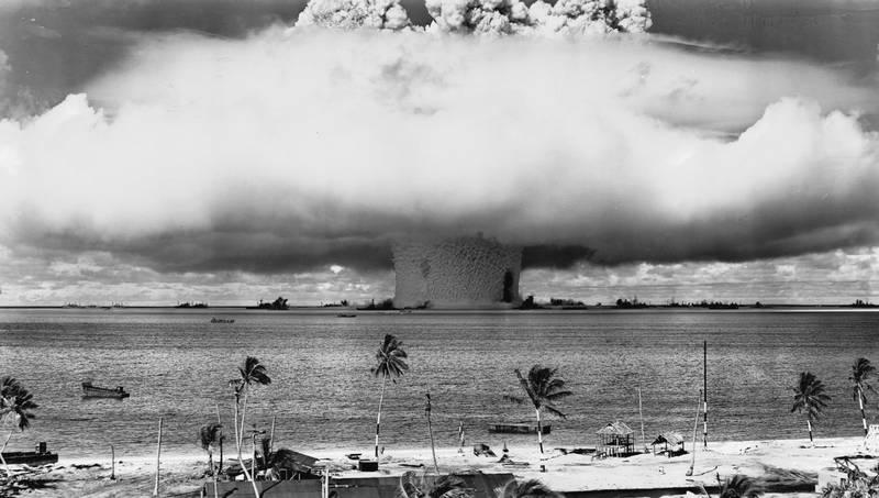 Взрыв на атолле Бикини (Маршалловы острова) во время испытаний атомной бомбы, 1946.