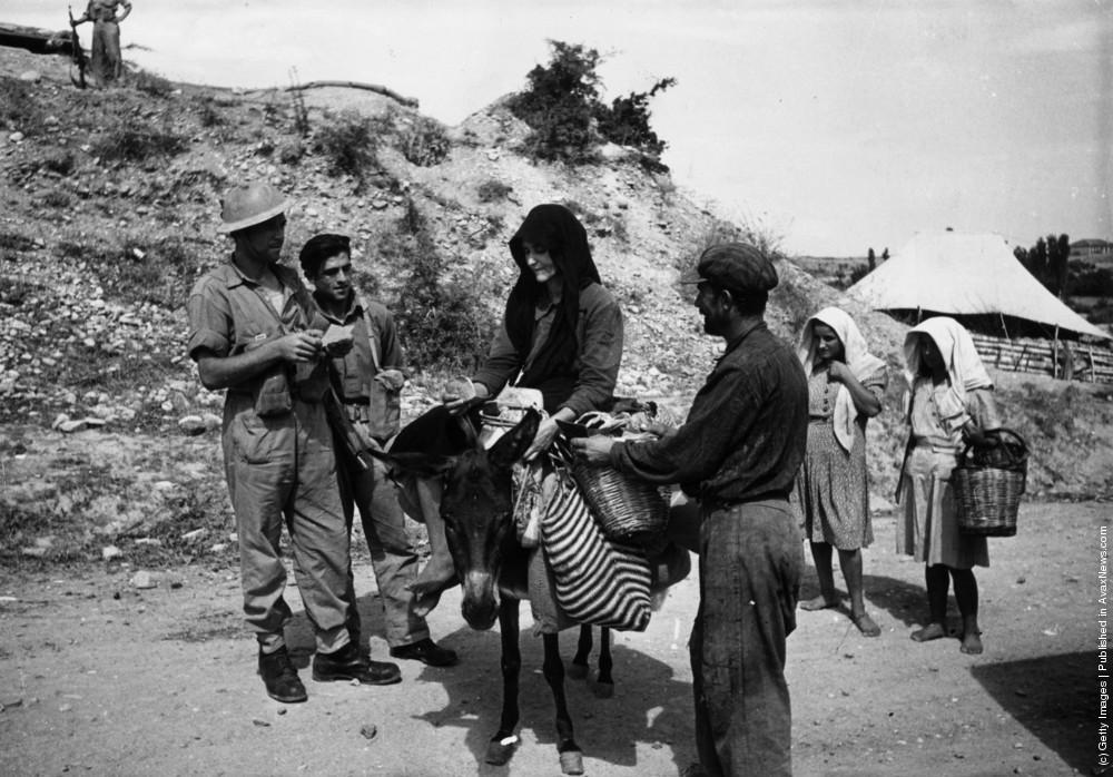 Правительственные войска обыскивают крестьянина и его жену на предмет оружия, которое они могут поставлять партизанам, 1947 г. Источник
