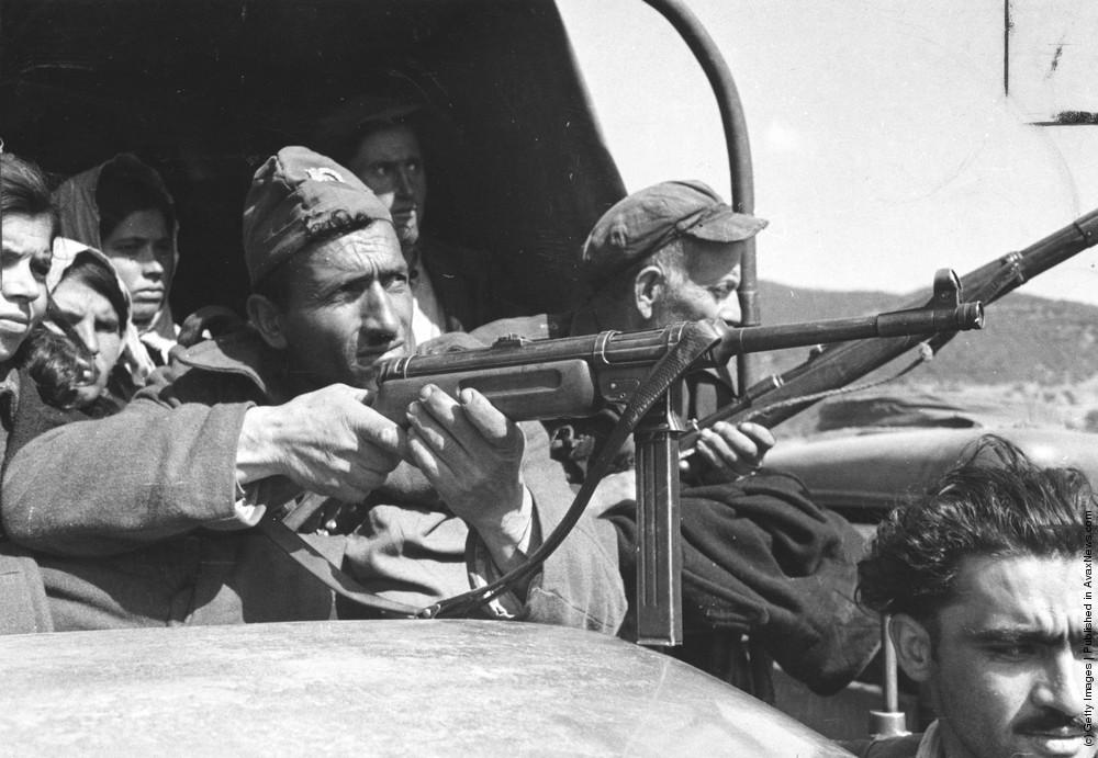 Греческая национальная гвардия сопровождает пленных партизан, 22 мая 1948 г. Источник.