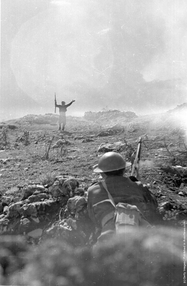 Партизан сдается правительственным войскам, 1948 г. Источник