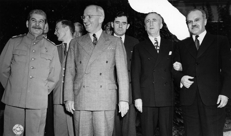 Потсдам. 1945. Сталин и Трумэн. Третий справа – А. А. Громыко. А. А. Громыко (1909–1989), постоянный представитель СССР при ООН (1946–1948), заместитель министра иностранных дел СССР (1946–1952), министр иностранных дел СССР  (1957–1985).