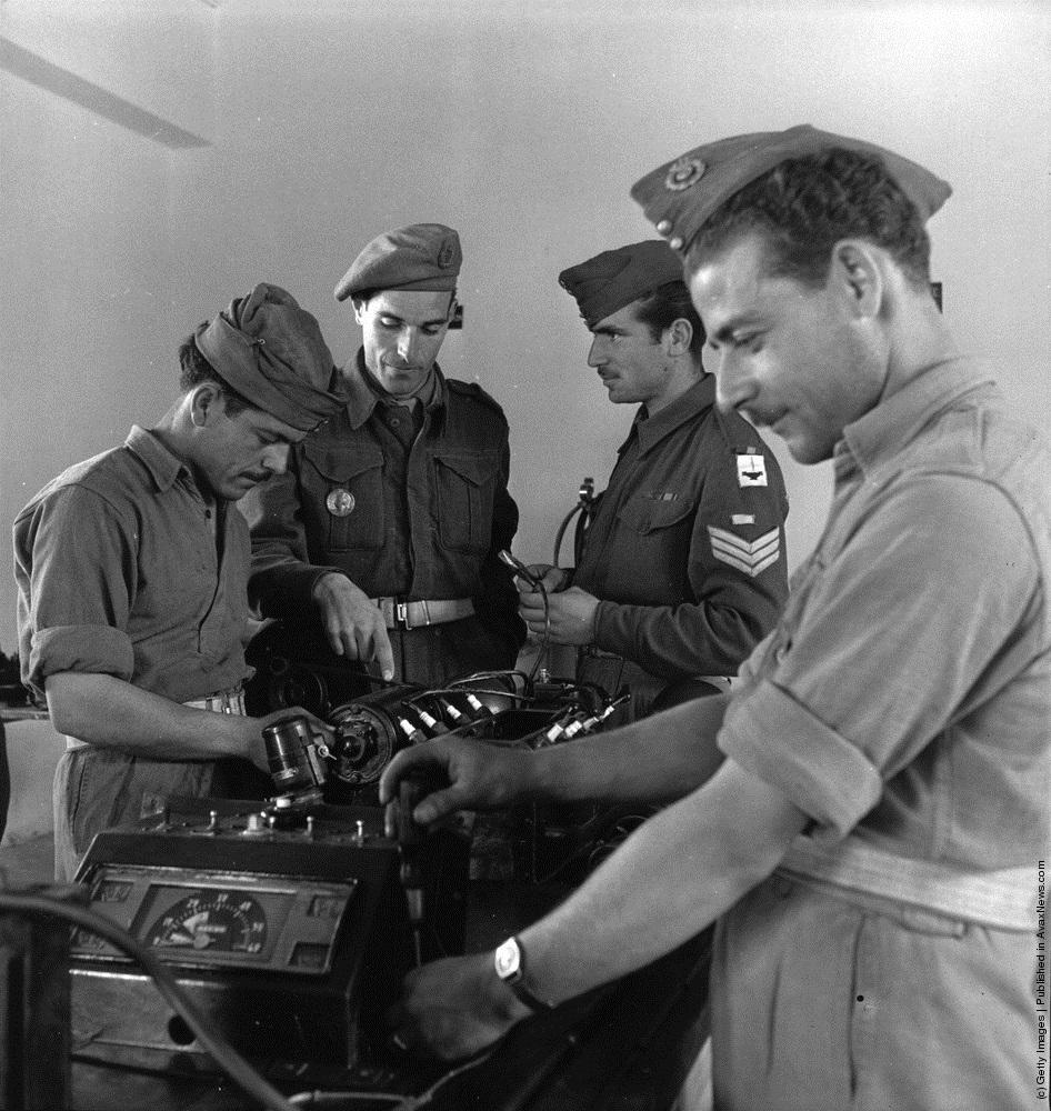 Британский инструктор обучает греков обращению с аппаратурой. 1947 г. Источник
