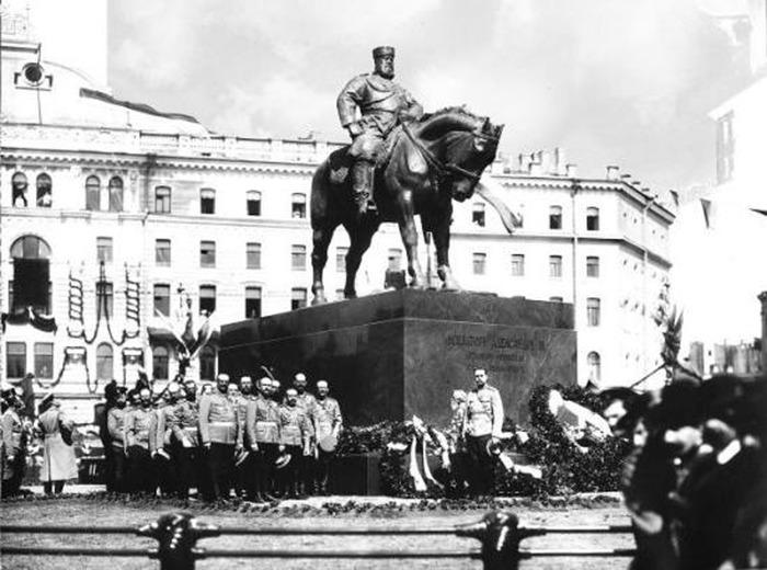 Памятник Александру III на Знаменской площади Санкт-Петербурга. В настоящее время установлен во дворе Мраморного дворца