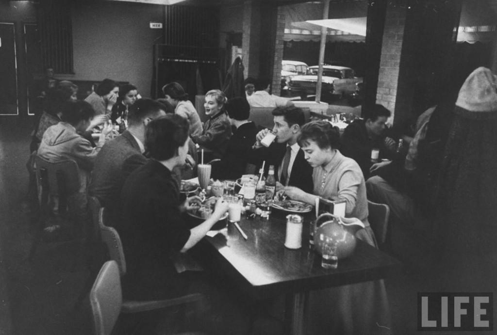 В кафе с друзьями.