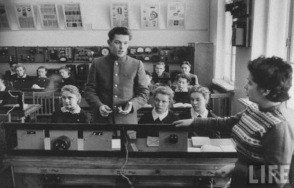 Алексей с одноклассниками на уроке.
