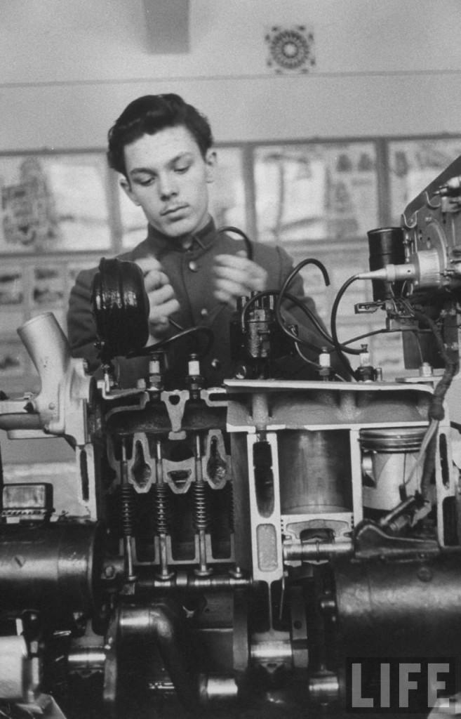Алексей на уроке изучает двигатель.