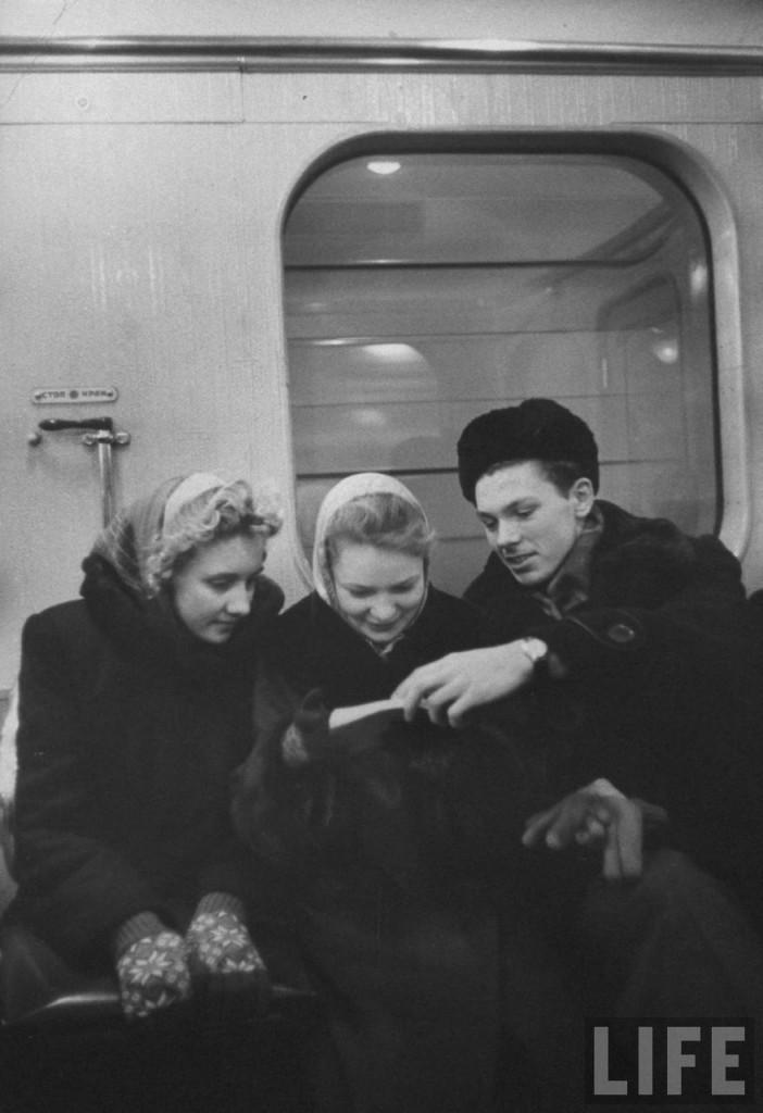 Алексей со своими школьными друзьями едет в метро на экскурсию в Политехнический музей.