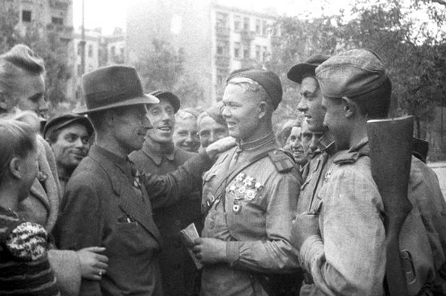 Жители польского Люблина и бойцы Советской Армии на одной из улиц города. Июль 1944 года. Великая Отечественная война 1941-1945 годов.