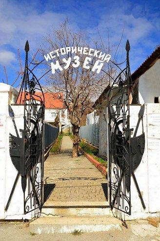 1460470919_hystoricalmuseum-sudak-krim-entr