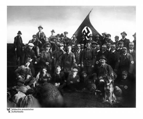 """(Участники Штурмовых отрядов """"Sturmabteilung"""", 1929 год)"""