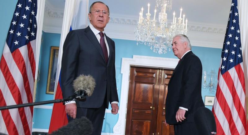 Тогда ещё государственный секретарь США Рекс Тиллерсон (справа) наблюдает, как министр иностранных дел России Сергей Лавров реагирует на вопрос репортёра в Государственном департаменте. Вашингтон, округ Колумбия, 10 мая 2017 года
